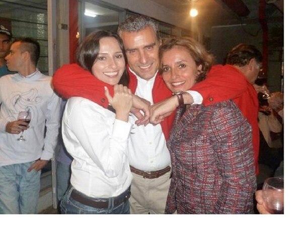 La legisladora Damaris Quintana (der.) promueve que su hija, Natalia (izq.), ocupe el segundo lugar de la papeleta de diputados por San José para el 2014. En el primer lugar estará Otto Guevara (centro) . | CORTESÍA DE DAMARIS QUINTANA.