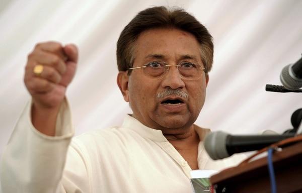 Fotografía de archivo realizada el 15 de abril de 2013 que muestra al expresidente y exgeneral Pervez Mushárraf que ofrece una rueda de prensa en Islamabad (Pakistán).