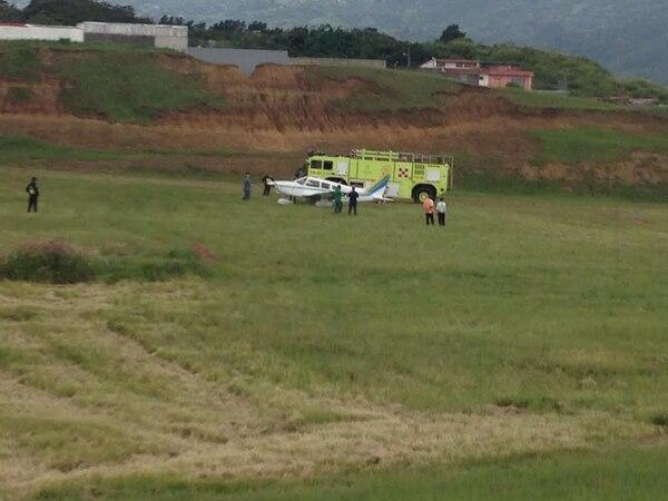 La unidad de Bomberos destacada en el aeropuerto atendió la emergencia y al medidía seguía en el lugar donde se trataba de movilizar al avioneta hacia el hangar.