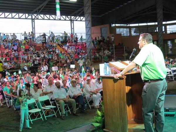 El TSE revisa la pauta que un consorcio pagó para invitar al acto de Johnny Araya con cooperativistas, el 26 de octubre en San Carlos.   CARLOS HERNÁNDEZ