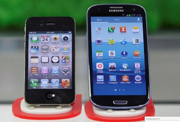 Un iPhone junto a un Samsung Galaxy S III. | AFP