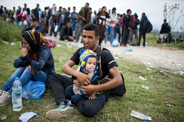 Después de cruzar la frontera entre Grecia y Macedonia, estos emigrantes esperaban el miércoles para ingresar a un centro de registro. | AFP
