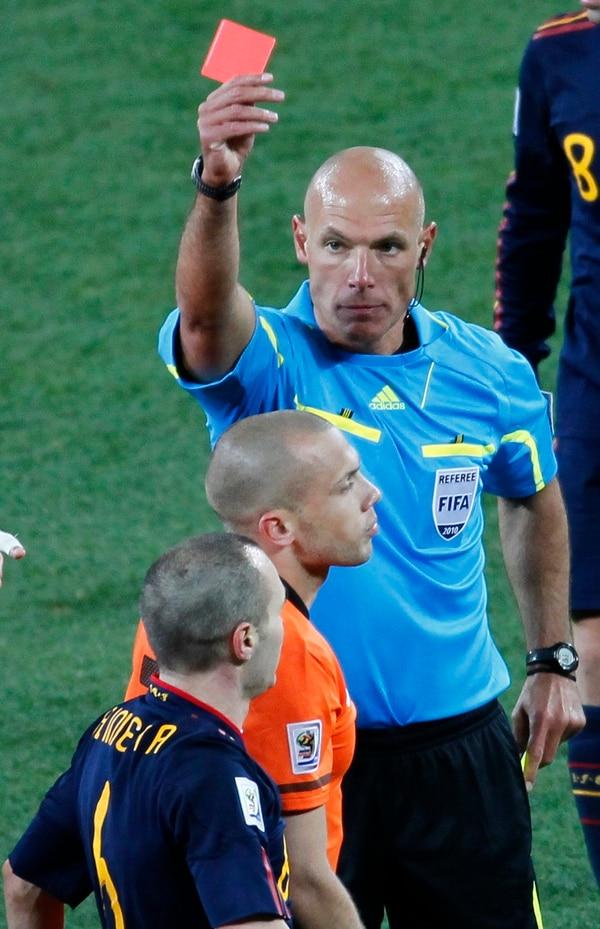 El árbitro inglés Howard Webb expulsó al holandés John Heitinga durante la final del Mundial de Sudáfrica 2010, la cual ganó España 1-0 con gol de Andrés Iniesta (abajo)