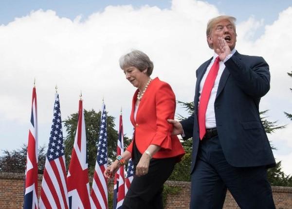 La primera ministra británica, Theresa May, y el presidente Donald Trump se preparaban para dar una conferencia de prensa -este viernes 13de julio del 2018- luego de reunirse en la residencia campestre de la gobernante en Chequers.