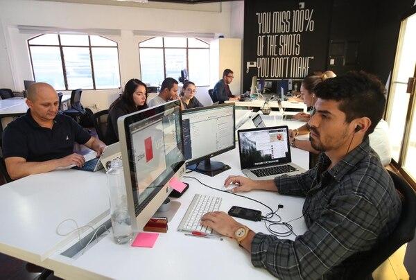 Los centros de apoyo afirman que este año se avanzó en la cultura emprendedora y que hay mayor claridad en las ideas de negocios. En la foto emprendedores en la incubadora y aceleradora Carïcaco. (Foto Graciela Solís / Archivo)