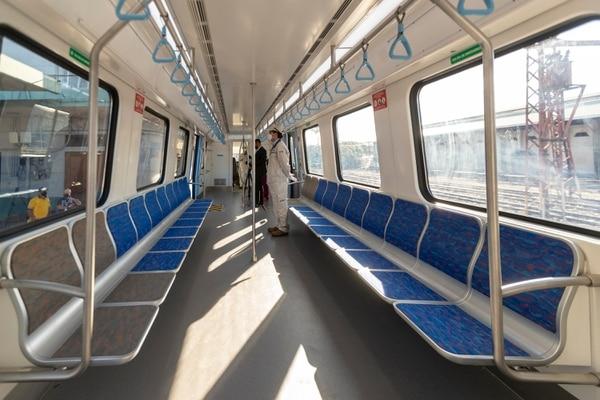 Cada tren tiene capacidad para transportar a 376 personas. Las 74 sillas fueron colocadas en los laterales de los vagones para facilitar el flujo de pasajeros. Foto: José Cordero