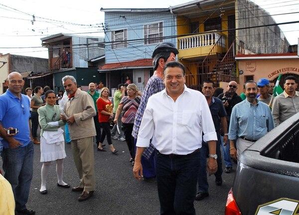 Johnny Araya, candidato del PLN, visitó casas el sábado pasado en Paso Ancho, San José. | MARIO ROJAS