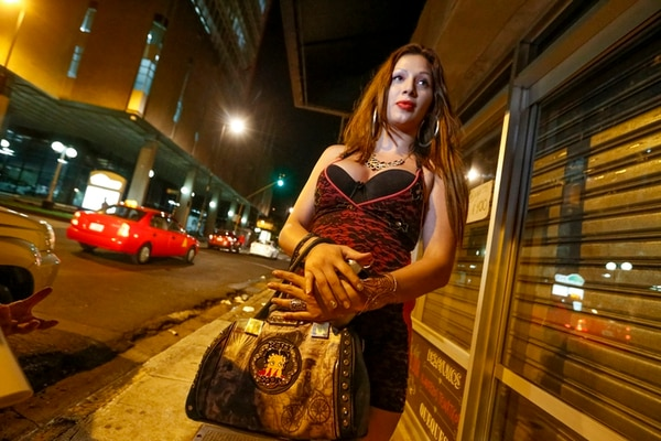 Hay noches en que Xiomara, una 'chica trans', usa hasta 20 condones o más con sus clientes. | JORGE ARCE