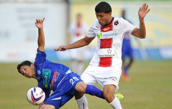El jugador de Pérez Zeledón, Andrés Castro, disputa la pelota contra Johan Venegas del Alajuelense.   CARLOS BORBÓN.