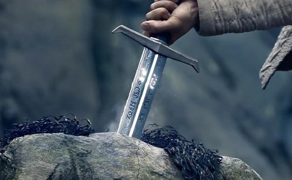 El asunto con la espada Excalibur no es de lo mejor en filme que viene a menos.