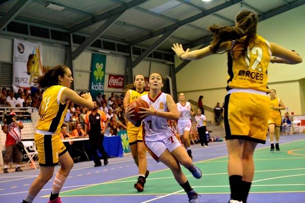 El 15 de marzo anterior Heredia (blanco) y Naranjo (amarillo) se enfrentaron en baloncesto en el nuevo gimnasio de Ciudad Cortés. | ARCHIVO/RAFAEL PACHECO
