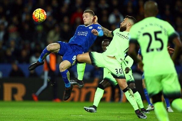La figura del Leicester, Jamie Vardy (izq.) disputa el balón con Nicolas Otamendi de Manchester City.