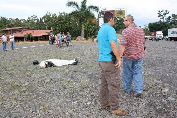 A la par del cuerpo del finquero Asdrúbal Murillo quedaron los cascos con los que fue brutalmente golpeado. | REINER MONTERO