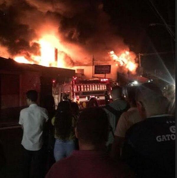 El incendio generó que decenas de vecinas salieran de sus casas para observar la columna de fuego y humo. Foto: Cuerpo de Bomberos para LN