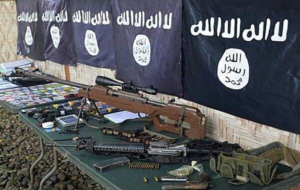 Armas y banderas del Estado Islámico en una ciudad filipina. | AFP