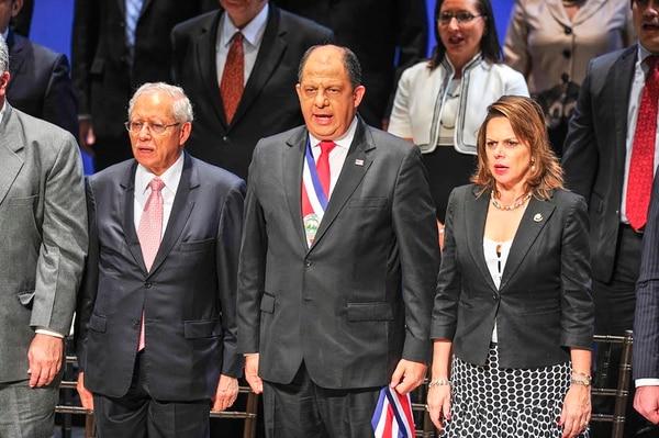 El presidente Luis Guillermo Solís (centro), junto a sus viceministros Helio Fallas (izq) y Ana Helena Chacón (der.) previo a iniciar el recuento de los 100 días de gestión del nuevo gobierno.