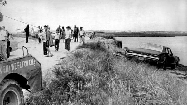 El vehículo Oldsmobile del senador Edward Kennedy era sacado del agua en Edgartown, Massachusetts, el 19 de julio de 1969.