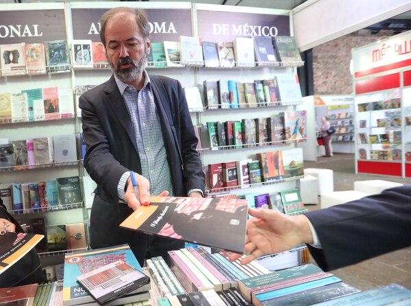 El aclamado escritor mexicano Juan Villoro firma autógrafos de sus libros en los primeros minutos de la Feria Internacional del Libro.
