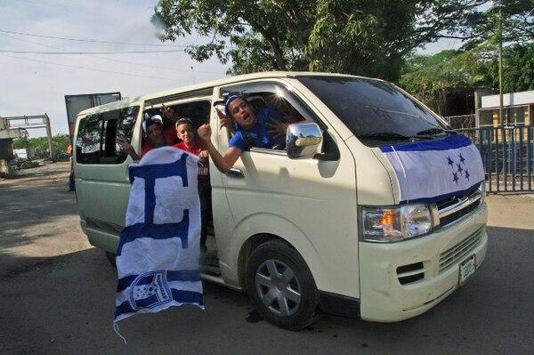 Los catrachos llegaron muy identificados con banderas y sombreros para apoyar a su selección de futbol. | GUILLERMO SOLANO.