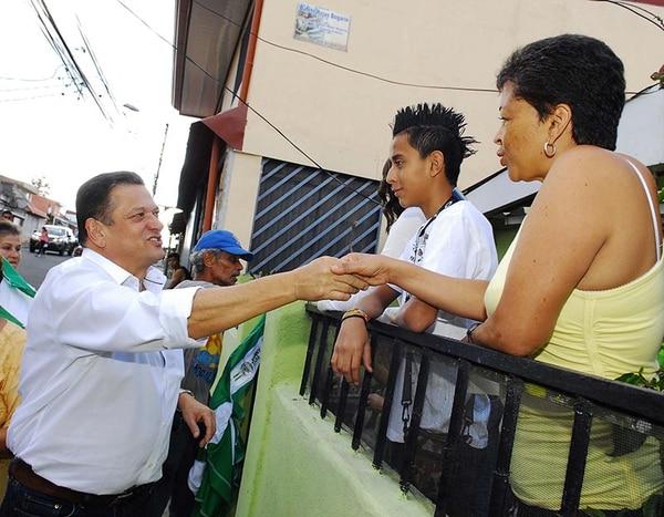 El sábado, Johnny Araya visitó barrios de Paso Ancho, en San José, para pedir votos casa por casa.