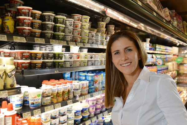 Nikkos es una empresa de capital 100% costarricense; ofrece 51 productos que están repartidos entre yogures, aderezos, mantequillas y helados. Además, emplea en forma directa a cerca de 30 personas. Magaly Tabash es la fundadora de esta pyme. Foto: Albert Marín/Archivo.