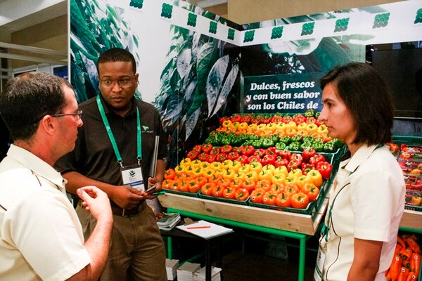 Stanley Harris (camisa negra) comprador de la empresa estadounidense Mint-Ventures LLC, consultó a Ronald Da Silva y Andreina D'Aubeterre, de EL Horticultor, ayer en la Misión de Compradores. | JORGE ARCE