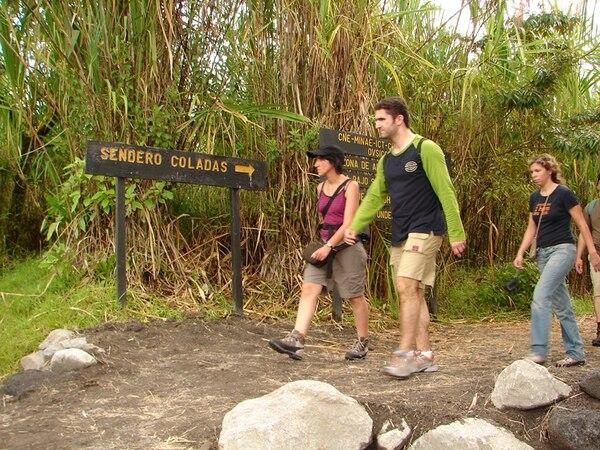 Los sectores reconocen la importancia del turismo en algunas regiones. Aquí un sendero en las cercanías del volcán Arenal.   CARLOS HERNÁNDEZ
