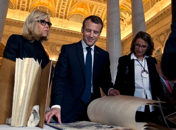 El presidente Emmanuel Macron y su esposa, Brigitte (izquierda), conversaron con historiadores y curadores durante su visita a la Biblioteca del Congreso estadounidense, este miércoles 25 de abril del 2018.