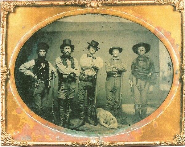 Grupo de cinco filibusteros sin identificar acompañados de un perro sabueso. Imagen tomado entre 1855 y 1859.