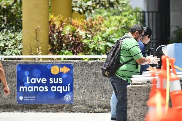 Las instalaciones deben contar con rotulación en espacios visibles con los protocolos de tos, estornudo, lavado de manos, entre otros. Foto de Jorge Castillo