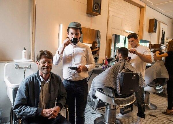 Steve Marks (izq.) es el propietario de Persons of Interest, y Dillon Edwards el fundador de Parlor Coffee. Aunque estaban en decadencia, las barberías han tomado un respiro al ofrecer bebidas. | THE NEW YORK TIMES.
