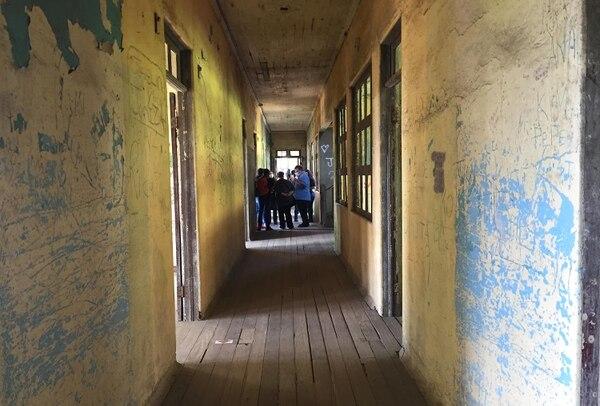 Junto a varios integrantes del grupo Investigación ParanormalCR, Chris Mckinnell hizo un recorrido por las instalaciones del Sanatorio Durán. Foto: Rafael Pacheco.