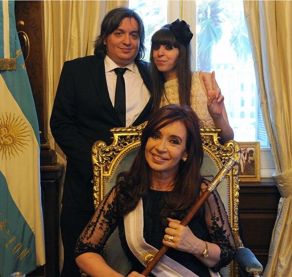 (Video) Cristina Fernández de Kirchner al asumir su segundo mandato, el 10 de diciembre del 2011, con sus dos hijos: Máximo y Florencia Kirchner.