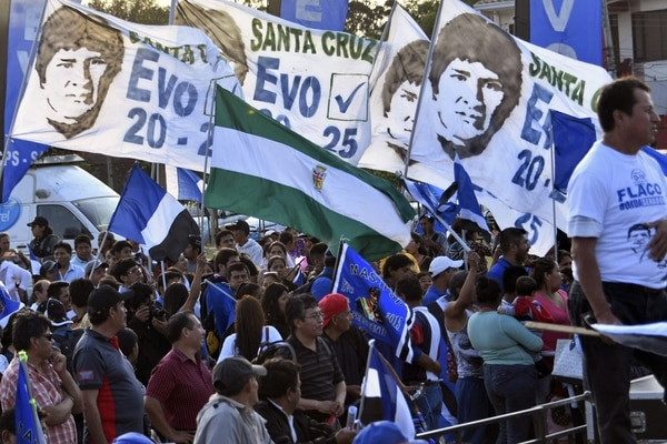 Supporters of Bolivia's President and presidential candidate Evo Morales attend a campaign closing rally in Santa Cruz de la Sierra, on October 15, 2019, ahead of the October 20 general election. (Photo by AIZAR RALDES / AFP)
