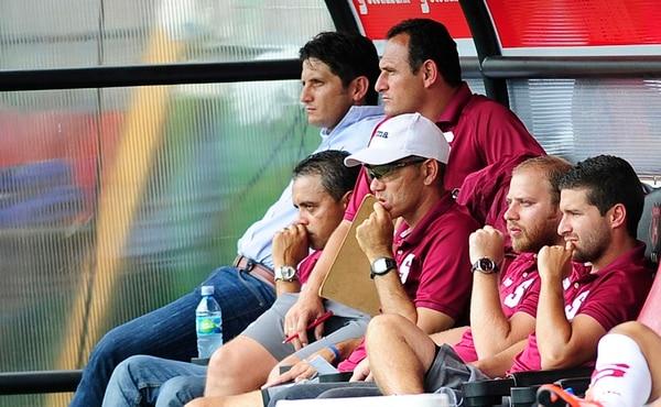 Rónald González (al fondo) se mostró por momentos preocupado ayer en el banquillo del Morera Soto. Sus compañeros de cuerpo técnico también miraban con desconcierte lo que sucedía en el terreno de juego.   MEYLIN AGUILERA
