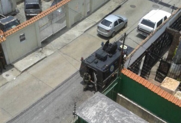 La diputada venezolana, Dinorah Figuera, frente a su casa en Venezuela se estacionaron dos tanques de la Guardia Nacional Bolivariana.