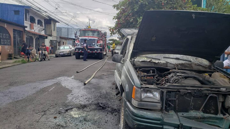 Los Bomberos desconocen las causas por las que el vehículo se quemó. El caso quedó en manos del OIJ. Foto: Cortesía .