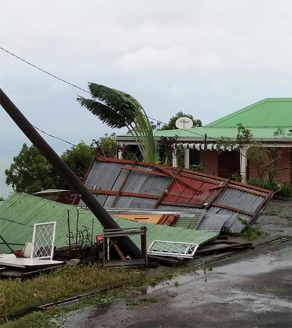 Esta vivienda sucumbió ante la fuerza de los vientos del huracán María -este martes 19 de setiembre del 2017- en Bouillante, Guadalupe.