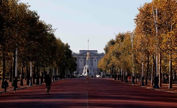 Buckingham Palace, residencia oficial de la reina Isabel II, en Londres. Diez millones de libras esterlinas de la reina fueron invertidos en paraísos fiscales, según los Paradise Papers./AFP