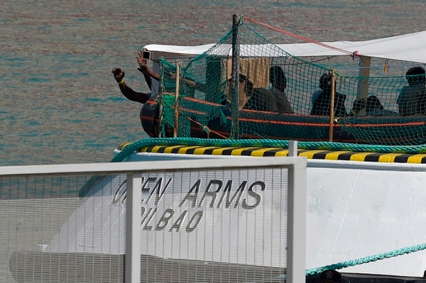 Migrantes permanecían en la cubierta del barco Open Arms mientras este arribaba al puerto de Barcelona, el 4 de julio del 2018.