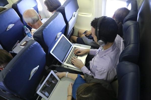 Las aerolíneas cuyos aviones estén protegidos de interferencias electrónicas permitirán a los pasajeros usar sus aparatos durante toda la travesía, pero solo a trávés de WiFi y no de las redes celulares   NYT PARA LN