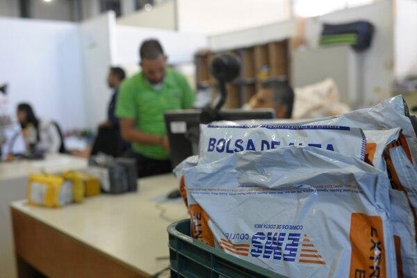 El ingreso de paquetes comprados por Internet se duplicó en el periodo entre el 2012 y el 2017. El año pasado ingresaron 1,5 millones de envíos tramitados por empresas de entrega rápida. En la imagen, las instalaciones de EMS Courier, la división de servicio exprés de Correos de Costa Rica. Fotos: Jorge Navarro