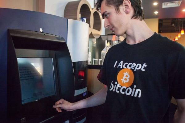Gabriel Scheare usa el primer cajero automático de
