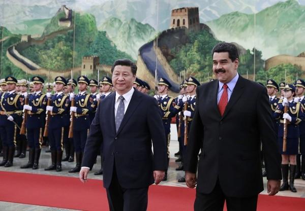 Los presidentes de Venezuela, Nicolás Maduro (der.), y de China, Xi Jinping, pasaron revista ayer a una guardia de honor en la ceremonia de bienvenida al primero en el Gran Palacio del Pueblo, en Pekín. | AFP