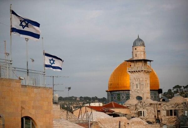 Banderas de Israel ondeaban este martes 5 de diciembre del 2017, cerca del Domo de la Roca y del complejo de la mezquita de al-Aqsa, en Jerusalén.