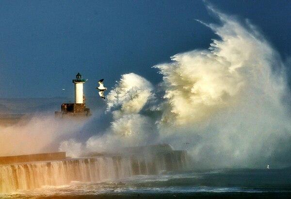 El oleaje se ensaña hoy contra un dique en la entrada del puerto de Boulogne, norte de Francia.