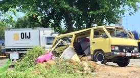 Choque entre microbús y cisterna cobra vida de una mujer de 51 años y su nieta de 9 en Matina
