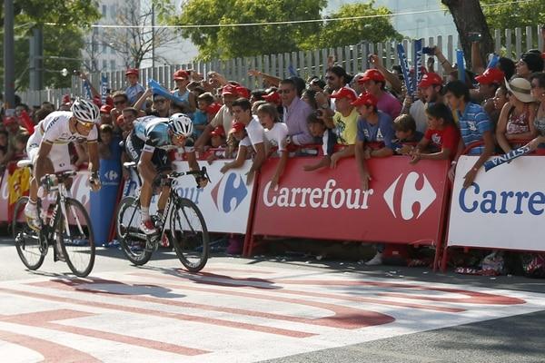 El ciclista checo del equipo Omega Pharma, Zdenek Stybar (derecha), se impone en línea de meta al belga del BMC, Phlippe Gilbert, en la séptima etapa de la Vuelta Ciclista a España.