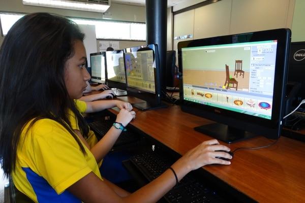 Aysha Hernández Araya,estudiante del Colegio Miravalle es una de las beneficiadas con el programa. Foto: Colegio Miravalle para La Nación.