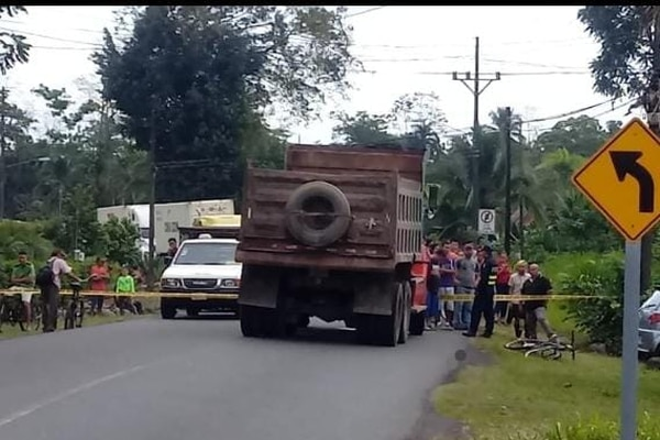 En Siquirres, la tarde de este martes una ciclista perdió la vida en un choque con una vagoneta. Foto. Reiner Montero,